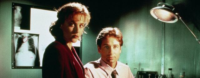 Avant les écrans HD, les saisons courtes et les budgets conséquents, une série se démarquait déjà dans les années 90 par son ambiance particulièrement sombre et immersive : The X-Files.